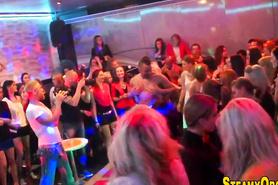 Телок развели на половое сношение на вечеринке в ночном клубе